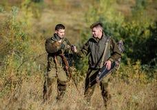 Παράνομο κυνήγι Οι φίλοι κυνηγών απολαμβάνουν τον ελεύθερο χρόνο Συνεργάτης λαθροκυνηγών - μέσα - έγκλημα Δραστηριότητα για την π στοκ εικόνα με δικαίωμα ελεύθερης χρήσης