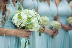 Παράνυμφοι που κρατούν τα λουλούδια Στοκ φωτογραφία με δικαίωμα ελεύθερης χρήσης