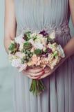 Παράνυμφος που κρατά μια ανθοδέσμη των λουλουδιών Στοκ φωτογραφία με δικαίωμα ελεύθερης χρήσης