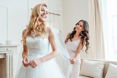 Παράνυμφος που προετοιμάζει τη νύφη για την τελετή Στοκ Εικόνα