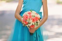 Παράνυμφος στο μπλε φόρεμα με τα λουλούδια Στοκ Εικόνες