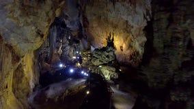 Παράξενη σκιαγραφία σταλαγμιτών αναμμένο στο σπήλαιο τοίχο απόθεμα βίντεο