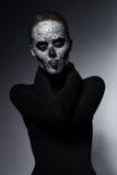 Παράξενη τρομακτική γυναίκα με το κρανίο Στοκ φωτογραφία με δικαίωμα ελεύθερης χρήσης