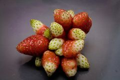 Παράξενη φράουλα με πολλά φρούτα Στοκ Εικόνα