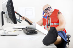 Παράξενο επιχειρησιακό άτομο που αλιεύει στο γραφείο Στοκ φωτογραφίες με δικαίωμα ελεύθερης χρήσης