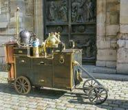 Παράξενο κάρρο με την κατσαρόλα και το λέβητα Παρίσι, Γαλλία στοκ φωτογραφία με δικαίωμα ελεύθερης χρήσης