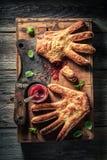 Παράξενο κέικ χεριών με έναν μπαλτά ως προτίμηση της έννοιας στοκ εικόνα με δικαίωμα ελεύθερης χρήσης