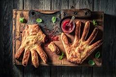 Παράξενο κέικ χεριών με τη μαρμελάδα φραουλών ως προτίμηση της έννοιας στοκ φωτογραφία με δικαίωμα ελεύθερης χρήσης