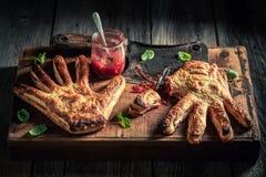 Παράξενο κέικ χεριών με τη μαρμελάδα φραουλών ως προτίμηση της έννοιας στοκ εικόνες