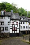 Παράξενο παλαιό σπίτι ύφους tudor με τις στριμμένες σανίδες Στοκ εικόνα με δικαίωμα ελεύθερης χρήσης