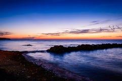 Παράξενο δύσκολο ηλιοβασίλεμα ακτών Στοκ Εικόνες