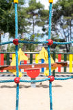 Παράλληλα μπλε σχοινιά της αναρρίχησης του τοίχου στην παιδική χαρά Στοκ Φωτογραφίες