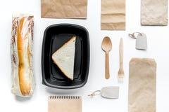 Παράδοση που τίθεται με τις τσάντες εγγράφου και το τοπ διάστημα άποψης σάντουιτς για το κείμενο Στοκ Εικόνες