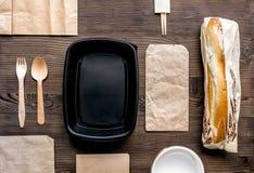 Παράδοση που τίθεται με τις τσάντες εγγράφου και το τοπ διάστημα άποψης σάντουιτς για το κείμενο Στοκ φωτογραφίες με δικαίωμα ελεύθερης χρήσης