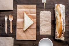Παράδοση που τίθεται με τις τσάντες εγγράφου και το τοπ διάστημα άποψης σάντουιτς για το κείμενο Στοκ φωτογραφία με δικαίωμα ελεύθερης χρήσης