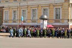 Παρέλαση νίκης θεατών στο τετράγωνο παλατιών στοκ φωτογραφία με δικαίωμα ελεύθερης χρήσης