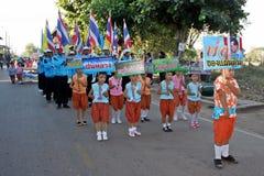 Παρέλαση στην αθλητική ημέρα των αρχικών σπουδαστών στοκ φωτογραφίες