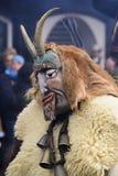 Παρέλαση καρναβαλιού με τη χαρασμένη ξύλινη μάσκα Στοκ Εικόνες