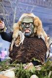 Παρέλαση καρναβαλιού με τη χαρασμένη ξύλινη μάσκα Στοκ εικόνες με δικαίωμα ελεύθερης χρήσης