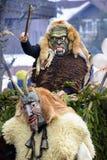 Παρέλαση καρναβαλιού με τη χαρασμένη ξύλινη μάσκα Στοκ Εικόνα