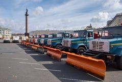 Παρέλαση των δημοτικών καθαρίζοντας φορτηγών στην Άγιος-Πετρούπολη Στοκ Εικόνες
