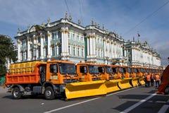 Παρέλαση των δημοτικών καθαρίζοντας φορτηγών στην Άγιος-Πετρούπολη Στοκ φωτογραφία με δικαίωμα ελεύθερης χρήσης