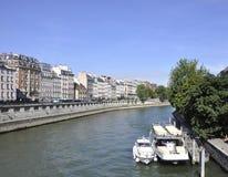 Παρίσι, 15.2013-αποβάθρες Αυγούστου του ποταμού του Σηκουάνα στο Παρίσι Στοκ εικόνα με δικαίωμα ελεύθερης χρήσης