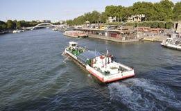 Παρίσι, 19.2013-βάρκα Αυγούστου πέρα από τον ποταμό του Σηκουάνα στο Παρίσι Γαλλία Στοκ Εικόνες