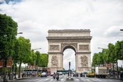 Παρίσι, Γαλλία - 2 Ιουνίου 2017: Μνημείο αψίδων στο κέντρο της πολυάσχολης λεωφόρου Arc de Triomphe στο νεφελώδη ουρανό Διακοπές  Στοκ φωτογραφίες με δικαίωμα ελεύθερης χρήσης