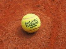 Παρίσι, Γαλλία - 26 Μαΐου 2019: Ενιαία σφαίρα αντισφαίρισης του Roland Garros Grand Slam στην επιφάνεια δικαστηρίων αργίλου στοκ εικόνες