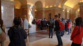 Παρίσι, Γαλλία - 31 Μαρτίου 2019: Οι τουρίστες επισκέπτονται το άγαλμα της Αφροδίτης de Milo στο μουσείο του Λούβρου απόθεμα βίντεο