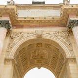 Παρίσι, Γαλλία - 28 Μαρτίου 2017: Το θριαμβευτικό Arch Arc de Triomphe du ιπποδρόμιο ιπποδρομίων μπροστά από το Λούβρο Στοκ Εικόνες