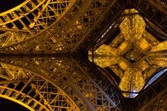 Παρίσι, Γαλλία, στις 27 Μαρτίου 2017: Πύργος του Άιφελ στο Παρίσι τη νύχτα με τα φω'τα επάνω Στοκ Εικόνες