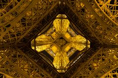 Παρίσι, Γαλλία, στις 27 Μαρτίου 2017: Πύργος του Άιφελ στο Παρίσι τη νύχτα με τα φω'τα επάνω Στοκ φωτογραφία με δικαίωμα ελεύθερης χρήσης