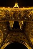 Παρίσι, Γαλλία, στις 27 Μαρτίου 2017: Πύργος του Άιφελ στο Παρίσι τη νύχτα με τα φω'τα επάνω Στοκ Φωτογραφία