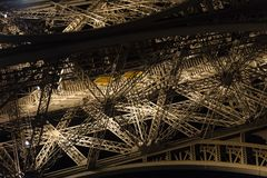 Παρίσι, Γαλλία, στις 27 Μαρτίου 2017: Πύργος του Άιφελ στο Παρίσι τη νύχτα με τα φω'τα επάνω Στοκ Φωτογραφίες
