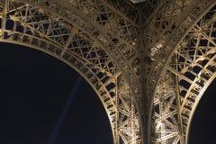 Παρίσι, Γαλλία, στις 27 Μαρτίου 2017: Πύργος του Άιφελ στο Παρίσι τη νύχτα με τα φω'τα επάνω Στοκ Εικόνα