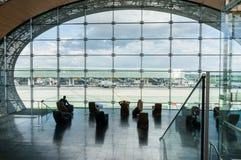 Παρίσι, Γαλλία, την 1η Απριλίου 2017: Να εξετάσει έξω ένα μεγάλο ellipsoid παράθυρο τον αερολιμένα του Charles de Gaulle Στοκ Φωτογραφία
