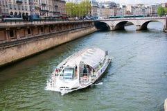 Παρίσι, Γαλλία - 12 Απριλίου 2011: Γύρος βαρκών του Παρισιού Στοκ εικόνες με δικαίωμα ελεύθερης χρήσης