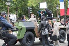 Παρίσι Γαλλία 14 Ιουλίου 2012 Οι ανταποκριτές TV καλύπτουν τα γεγονότα κατά τη διάρκεια της παρέλασης στο Champs Elysees Στοκ φωτογραφία με δικαίωμα ελεύθερης χρήσης