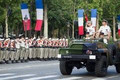 Παρίσι Γαλλία 14 Ιουλίου 2012 Οι διοικητές του γαλλικού στρατού καλωσορίζουν τα legionners κατά τη διάρκεια της παρέλασης στο Cha Στοκ Φωτογραφία