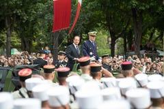 Παρίσι Γαλλία 14 Ιουλίου 2012 Ο γαλλικός Πρόεδρος Francois Hollande καλωσορίζει τους πολίτες κατά τη διάρκεια της παρέλασης Στοκ Φωτογραφία