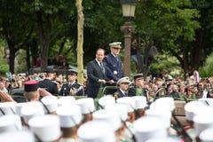 Παρίσι Γαλλία 14 Ιουλίου 2012 Ο γαλλικός Πρόεδρος Francois Hollande καλωσορίζει τους πολίτες κατά τη διάρκεια της παρέλασης Στοκ φωτογραφία με δικαίωμα ελεύθερης χρήσης