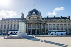 Παρίσι, Γαλλία - 15 Μαΐου 2015: Άνθρωποι γύρω από το ίδρυμα για τις υψηλότερες εθνικές αμυντικές μελέτες (IHEDN) στο Παρίσι Στοκ Εικόνα