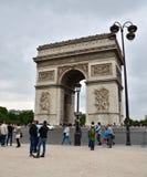 Παρίσι, Γαλλία - 14 Μαΐου 2015: Επίσκεψη Arc de Triomphe τουριστών στο Παρίσι Στοκ εικόνα με δικαίωμα ελεύθερης χρήσης