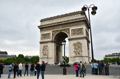 Παρίσι, Γαλλία - 14 Μαΐου 2015: Επίσκεψη Arc de Triomphe τουριστών στο Παρίσι Στοκ Φωτογραφίες