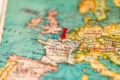 Παρίσι, Γαλλία που καρφώνεται στον εκλεκτής ποιότητας χάρτη της Ευρώπης Στοκ εικόνα με δικαίωμα ελεύθερης χρήσης