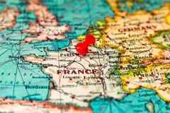 Παρίσι, Γαλλία που καρφώνεται στον εκλεκτής ποιότητας χάρτη της Ευρώπης Στοκ Εικόνα