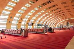 Παρίσι, Γαλλία, την 1η Απριλίου 2017: Κενή τελική περιμένοντας περιοχή αερολιμένων με τις καρέκλες Στοκ φωτογραφία με δικαίωμα ελεύθερης χρήσης