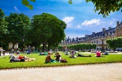 Παρίσι, Γαλλία, Place des Vosges - 06 12 2010: άνθρωποι που στηρίζονται και Στοκ φωτογραφίες με δικαίωμα ελεύθερης χρήσης